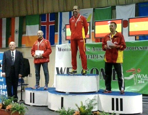 Oscar Gonzalez stands atop podium at worlds with M35 pentathlon WR. Photo by Kiko Rodriguez